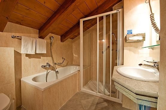 Bathroom Engiadina – Hotel Chesa Grischa in Sils-Baselgia